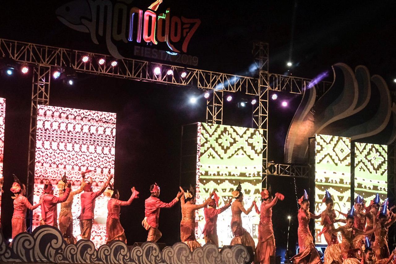 Tenun Bentenan Minahasa, motifnya menjadi  latar belakang Manado Fiesta 201902