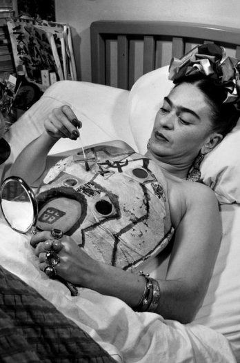 frida-kahlo-in-hospital-bed