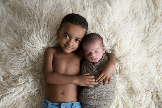 fotos newborn com irmão em ensaio workshop fotografia newborn