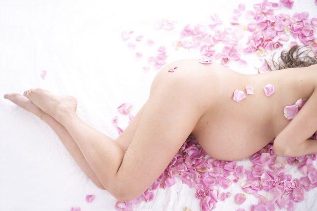 ensaio gestante nu book gravida em estudio com pétalas de rosas