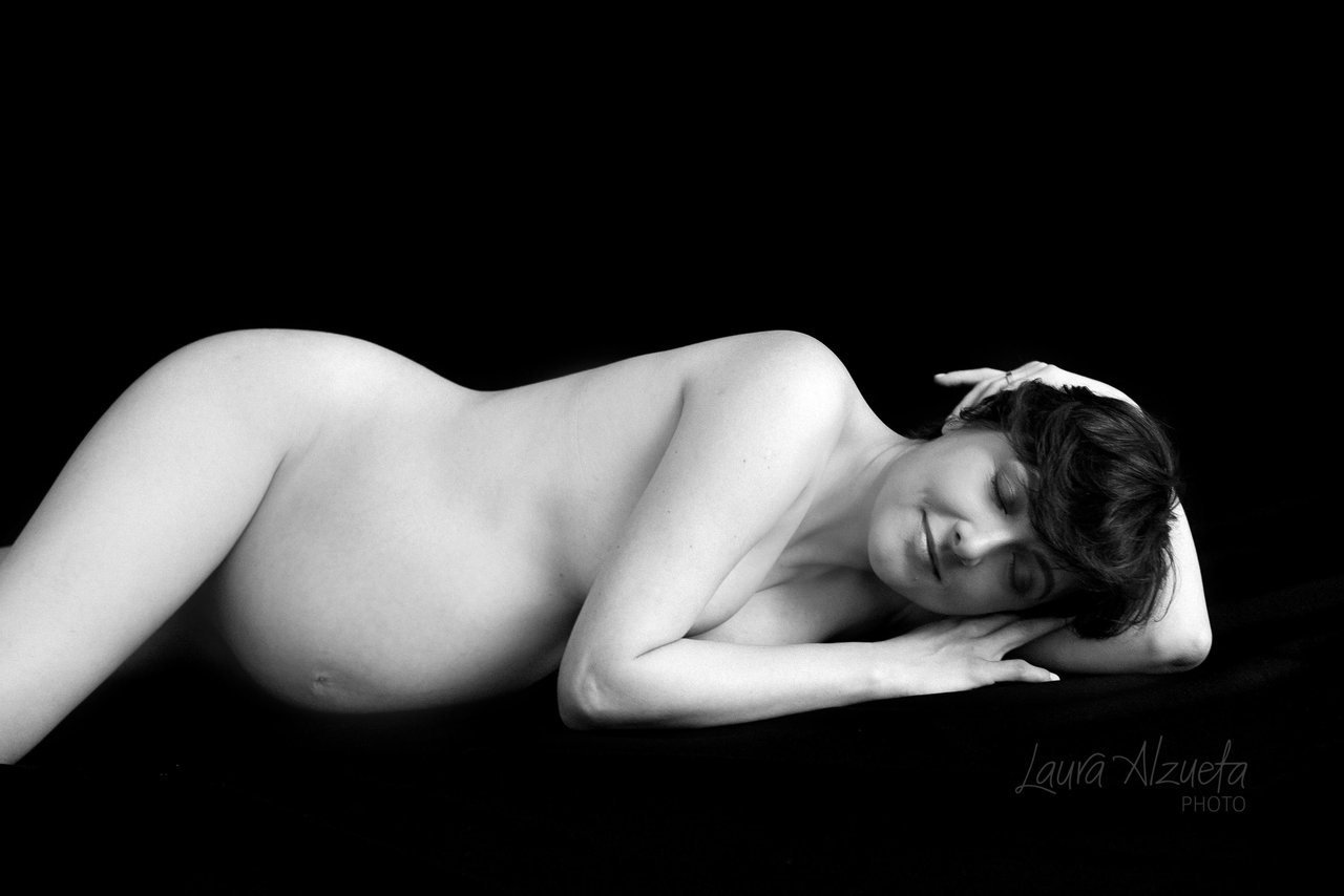 ensaio gestante nu book gravida em estudio fundo preto foto preta e branca