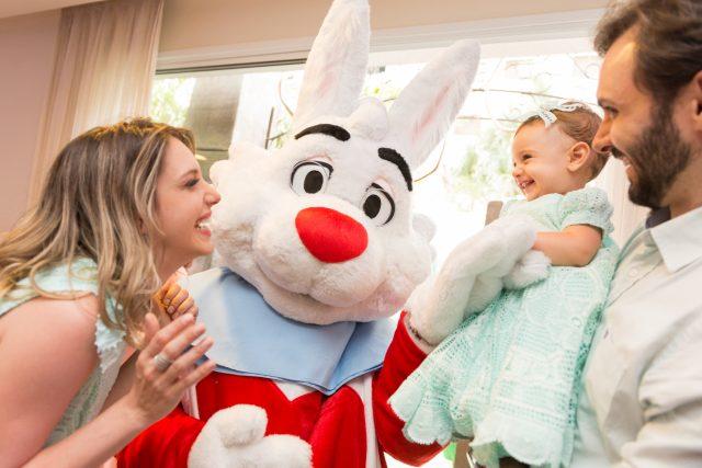 mãe e filha personagem coelho festa temática alice no pais das maravilhas fotografa de aniversario fotografia de festas infantis sp