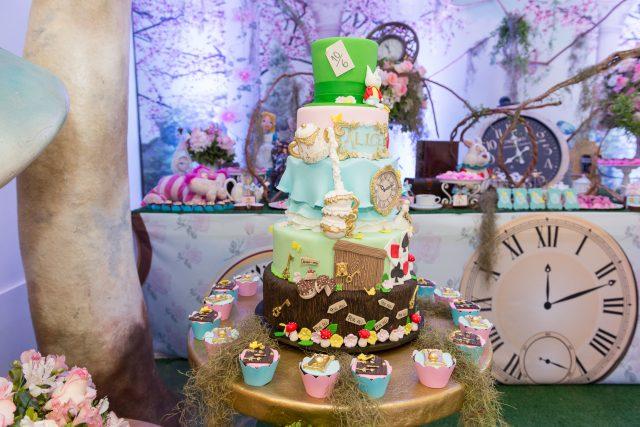 mesa de doces e bolo festa temática alice no pais das maravilhas fotografa de aniversario fotografia de festas infantis sp