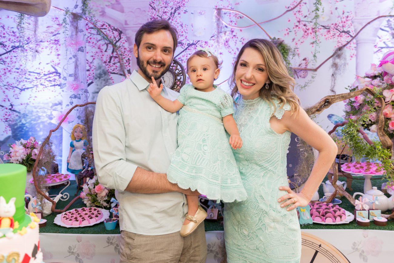 familia pais e bebê festa temática alice no pais das maravilhas fotografa de aniversario fotografia de festas infantis sp