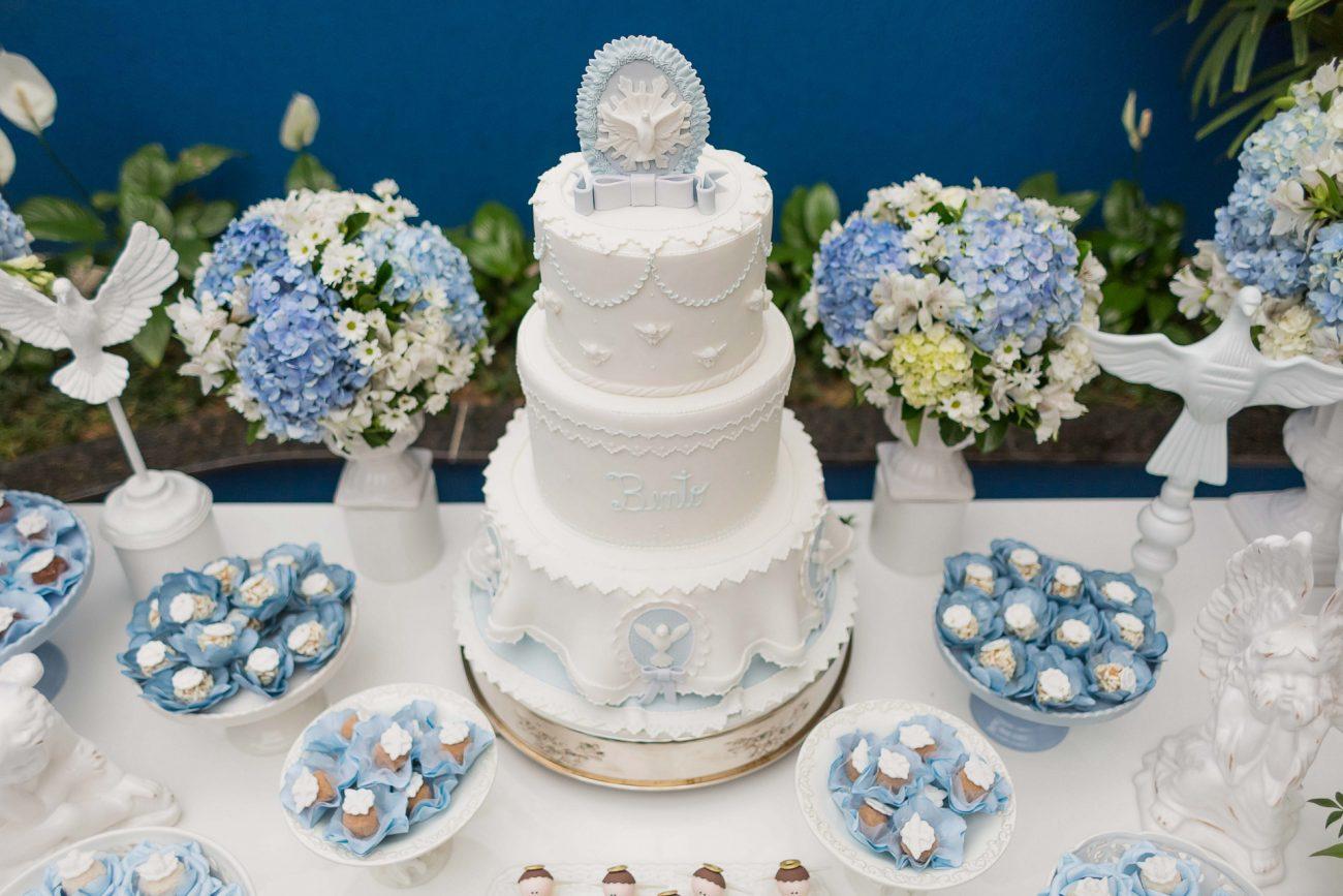 mesa de bolo decoração de batizado de menino branco e azul fotografia de batizado sp são paulo pinheiros