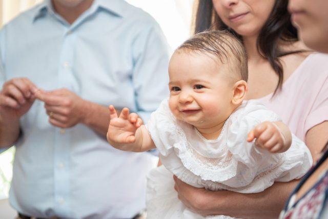 menina sendo batizada fotografia de batizado fotógrafa de festas infantis sp
