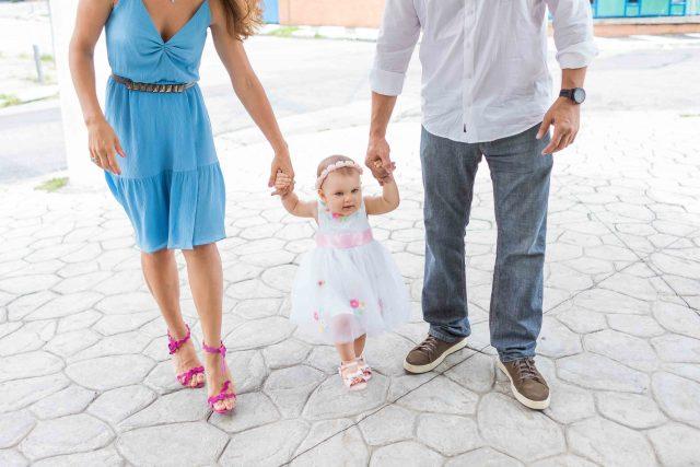 pais e bebê em aniversário e batizado festa de menina mesa de doces e bolo festa temática fotografa de aniversario fotografia de festas infantis sp