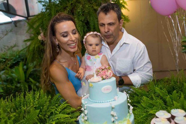 cantando parabéns assoprando velas velinhas do bolo festa de menina mesa de doces e bolo festa temática fotografa de aniversario fotografia de festas infantis sp