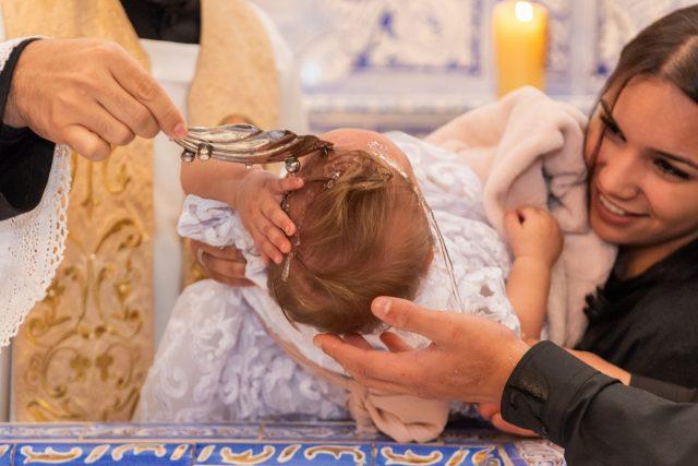 criança sendo batizada fotografia de batizado sp fotógrafa de festas infantis