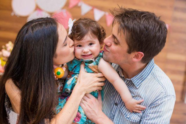 pais beijando bebê em festa infantil fotógrafa de familia fotografia de festas infantis sp são paulo