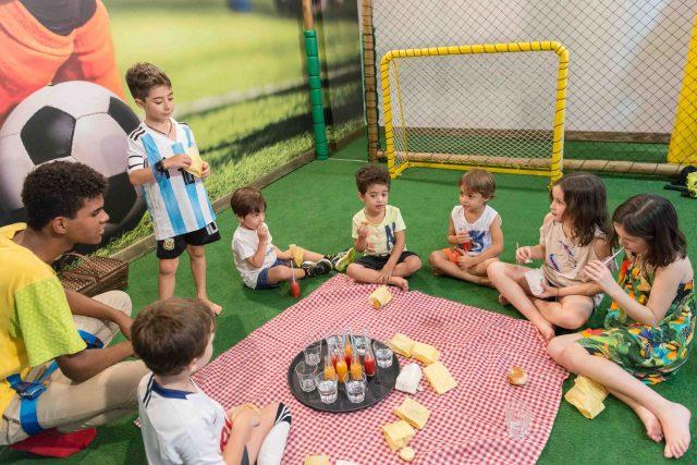 crianças brincando comendo frutas suco decoração festa temática dragão fotografa de aniversario fotografia de festas infantis sp são paulo