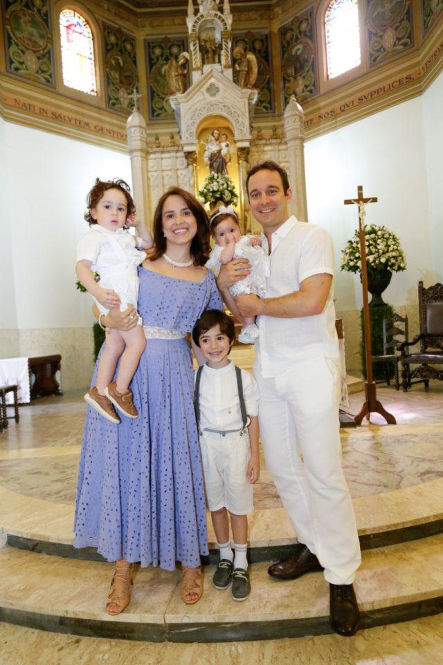 pais e bebê batizado na igreja fotógrafa de batizado sp