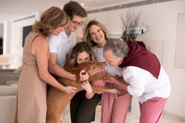 ensaio lifestyle de família na casa dos clientes por fotógrafa laura alzueta fotografia de familia em são paulo