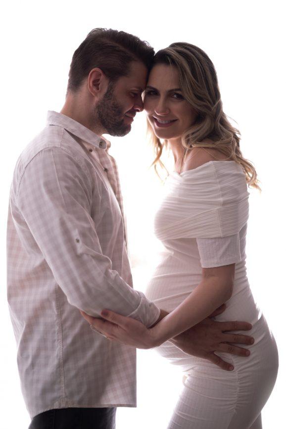 casal fotos de gestante look branco look com roupas claras o que vestir no ensaio gestante fotos de grávida estúdio de fotografia laura alzueta