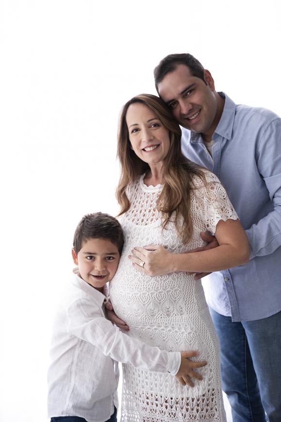 foto de família mulher grávida look branco e jeans o que vestir no ensaio gestante fotos de grávida estúdio de fotografia laura alzueta