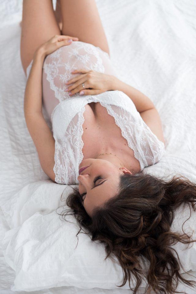 mulher grávida gestante de lingerie branca o que vestir no ensaio gestante fotos de grávida estúdio de fotografia laura alzueta
