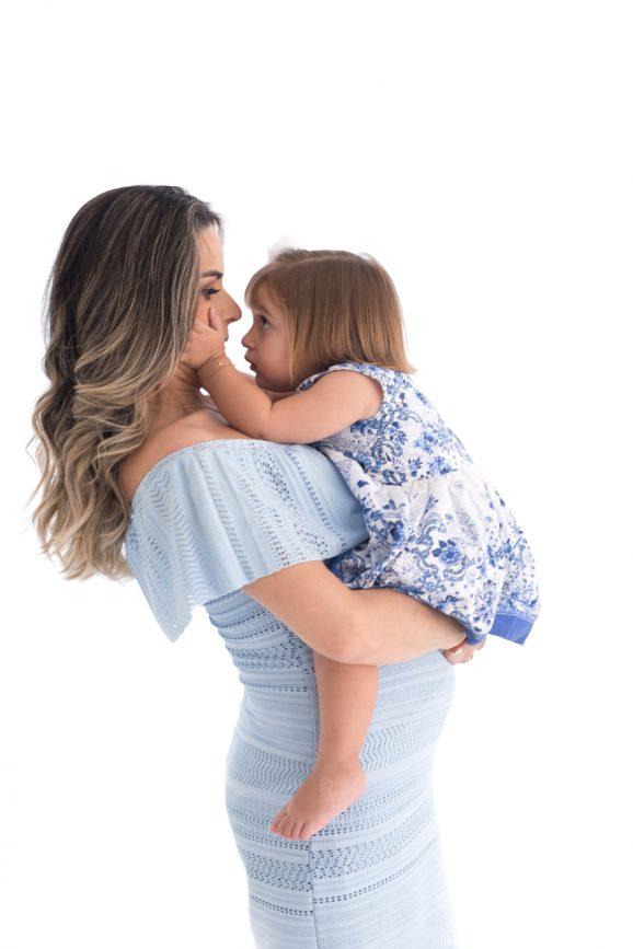 mãe e filha foto de gestante com filhos roupas azuis claras mulher grávida gestante de lingerie branca o que vestir no ensaio gestante fotos de grávida estúdio de fotografia laura alzueta