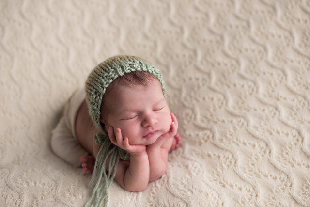 manuseio do bebê posições seguras conforto e posicionamento do bebê estúdio de fotografia newborn fotógrafa especializada em bebês recém-nascidos importância da ABFRN associação de fotógrafos recém-nascidos