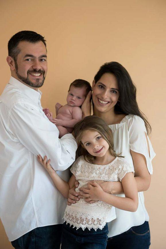 ensaio de família em estúdio de fotografia em sp com fundo amarelo e roupas brancas