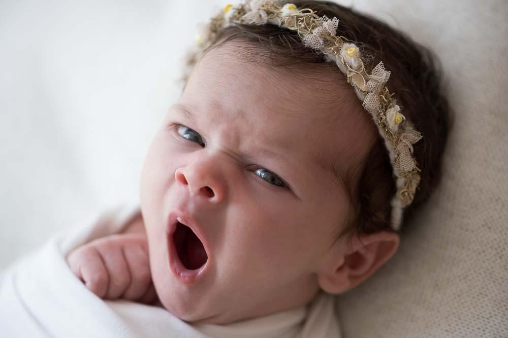 bebê bocejando em ensaio newborn no estúdio fotográfico laura alzueta em São Paulo