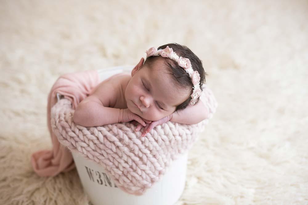 recém-nascida em ensaio newborn no estúdio fotográfico laura alzueta em São Paulo com props brancos