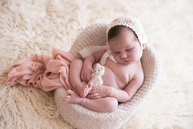 recém-nascida em ensaio newborn no estúdio fotográfico laura alzueta em São Paulo