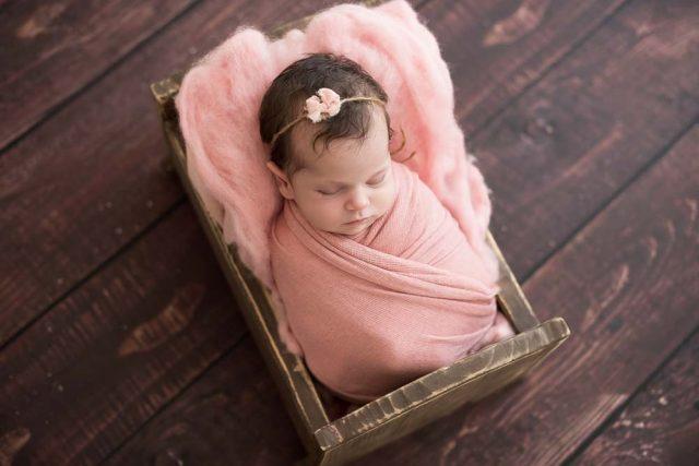 dicas de uma obstetra sobre o puerpério foto de recém-nascida em ensaio newborn no estúdio fotográfico laura alzueta em São Paulo