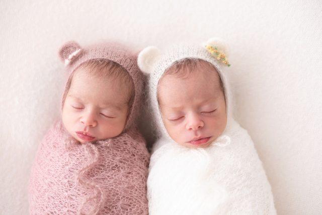 ensaio newborn com gêmeos fotografia clean com bebês em estudio fotográfico fotógrafa laura alzueta