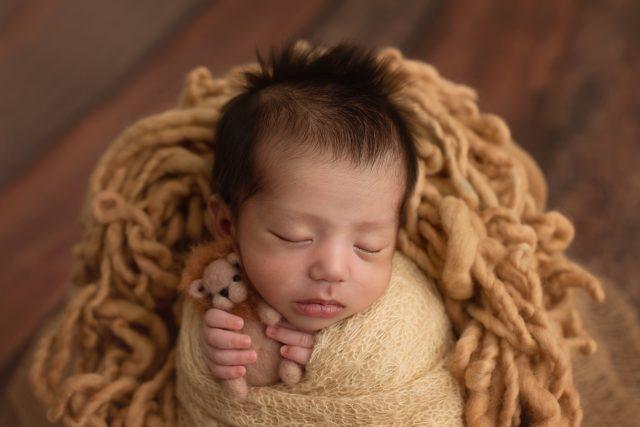 fotos no estúdio fotográfico em são paulo pinheiros fotos de acompanhamento de bebês fotografia de menino recém-nascido newborn fotógrafa laura alzueta