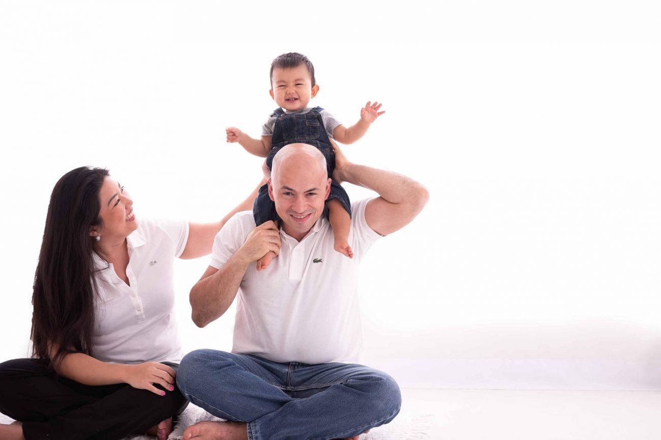família pai mãe e bebê em sessão de fotos de acompanhamento de bebês em estúdio fotográfico são paulo