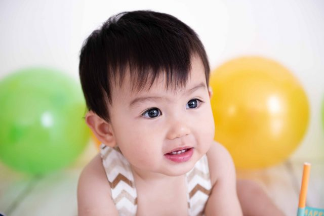 bebê japinha japonês aniversário de 1 ano smash the cake bebê em sessão de fotos de acompanhamento de bebês em estúdio fotográfico são paulo