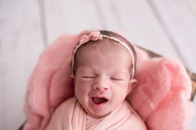 fotos de acompanhamento de bebês fotografia de menina recém-nascida newborn fotógrafa laura alzueta