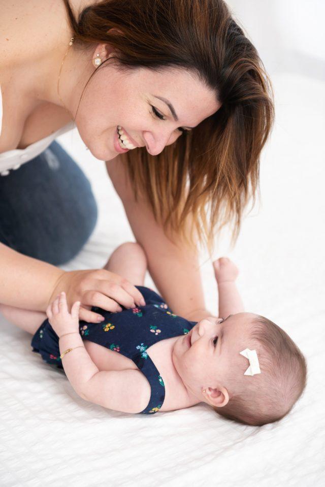 foto de bebê com a mãe fotos de acompanhamento de bebês fotografia de menina recém-nascida newborn fotógrafa laura alzueta