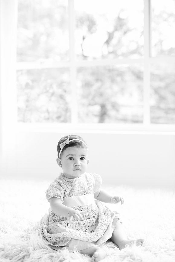 fotos no estúdio fotográfico em são paulo pinheiros fotos de acompanhamento de bebês fotografia de menina com 6 meses newborn fotógrafa laura alzueta
