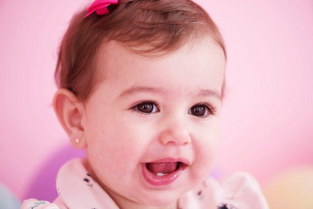 bebê de um ano sorrindo smash the cake laura alzueta estúdio de fotografia são paulo ensaio de fotos de aniversário de 1 ano de bebê menina
