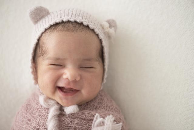bebê recém-nascida fofa sorrindo com touca de ursinho caretas de recém-nascidos fotos de bebê sorrindo no estúdio de fotografias laura alzueta zona oeste de são paulo pinheiros