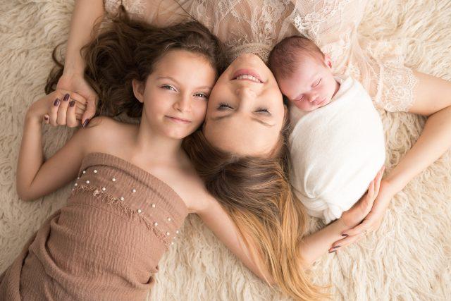 mãe e filhas em ensaio newborn com irmãos fotos laura alzueta