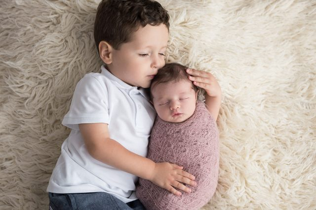 Ensaio newborn com irmão fotos laura alzueta estúdio de fotografia pinheiros sp