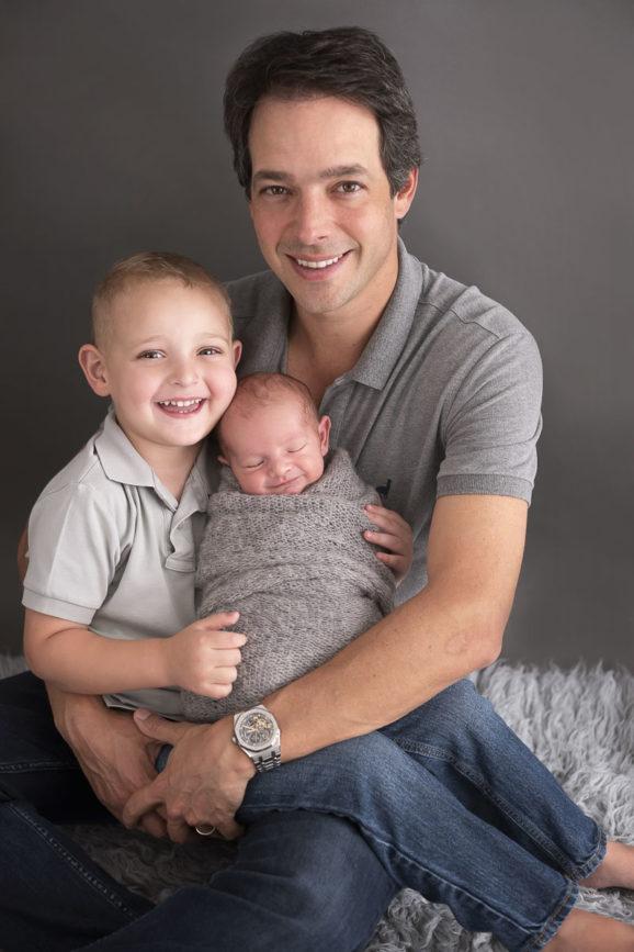 fotos de estudio pais com bebe presente para pais dias dos pais fotografia com pais e filhos fotografa de familia sao paulo sp laura alzueta