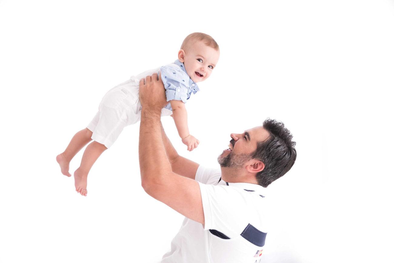 pai segurando bebê no alto presente para pais dias dos pais fotografia com pais e filhos fotografa de familia sao paulo sp laura alzueta