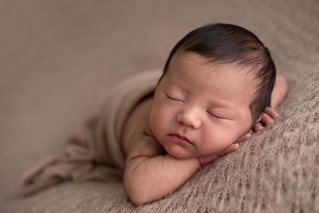 ensaio newborn, ensaio com bebês, ensaio com bebês em família, fotos de recém-nascido, ensaio com recém nascido, acompanhamento de bebês, poses ensaio newborn, fotos fofas com bebês