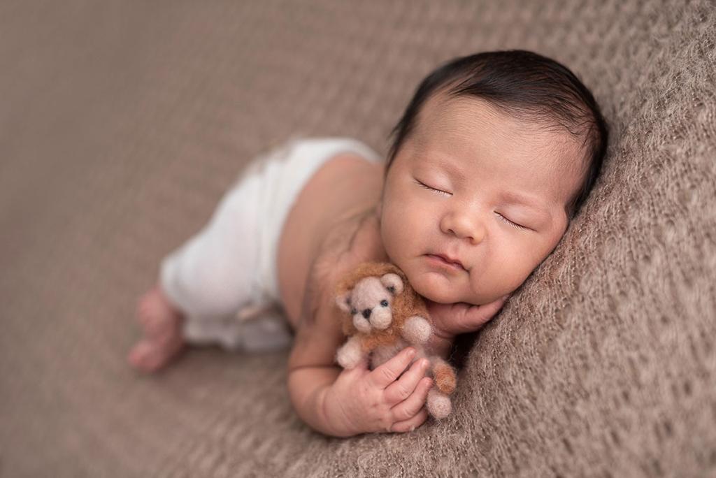 ensaio newborn, ensaio com bebês, ensaio com bebês em família, fotos de recém-nascido, ensaio com recém nascido, acompanhamento de bebês, poses ensaio newborn, ensaio newborn em família, fotos fofas com bebês