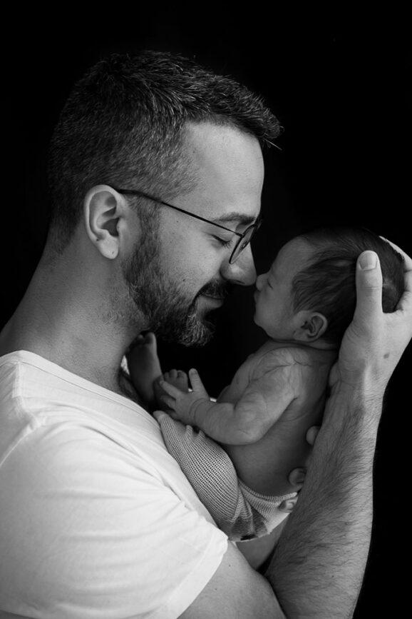 ensaio newborn, ensaio com bebês, ensaio com bebês em família, fotos de recém-nascido, ensaio com recém nascido, acompanhamento de bebês, poses ensaio newborn, ensaio newborn com pai, foto pai e bebê