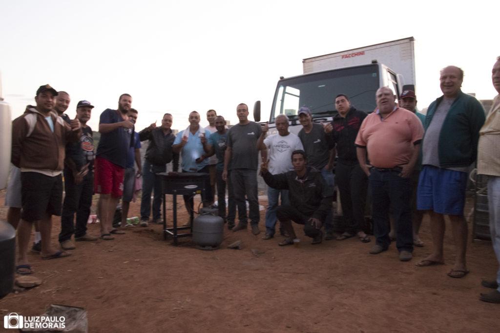 Caminhoneiros reunidos na saída de Guaxupé para São Paulo, Brasil, durante a paralisação nacional dos caminhoneiros.
