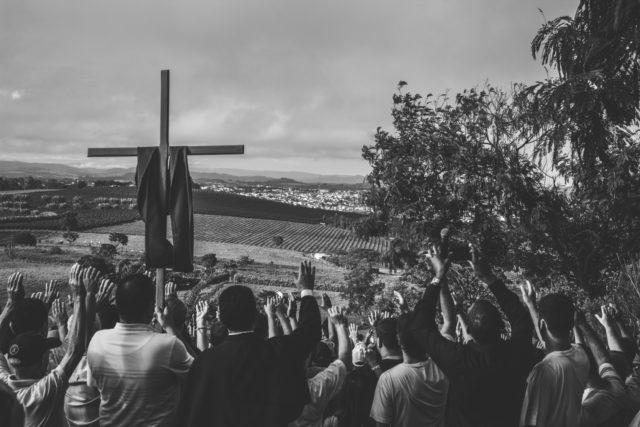 Procissão na sexta-feira da paixão rumo ao Morro Agudo, em Guaxupé.