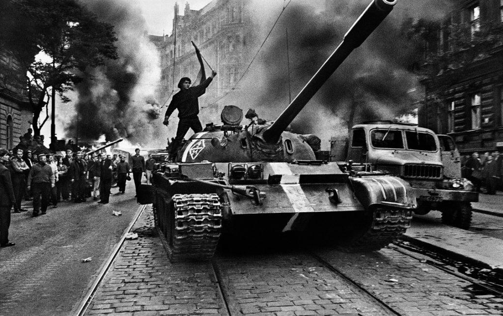 Josef Koudelka | Invasão 68: Invasão de Praga pelas tropas do Pacto de Varsóvia. Praga, Checoslováquia. Agosto de 1968. © Josef Koudelka | Magnum Fotos