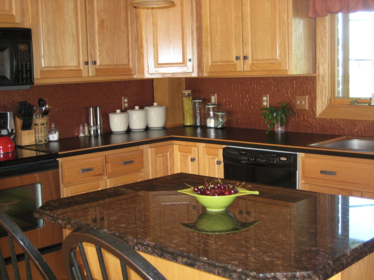 Light Kitchen Cabinets With Dark Countertops