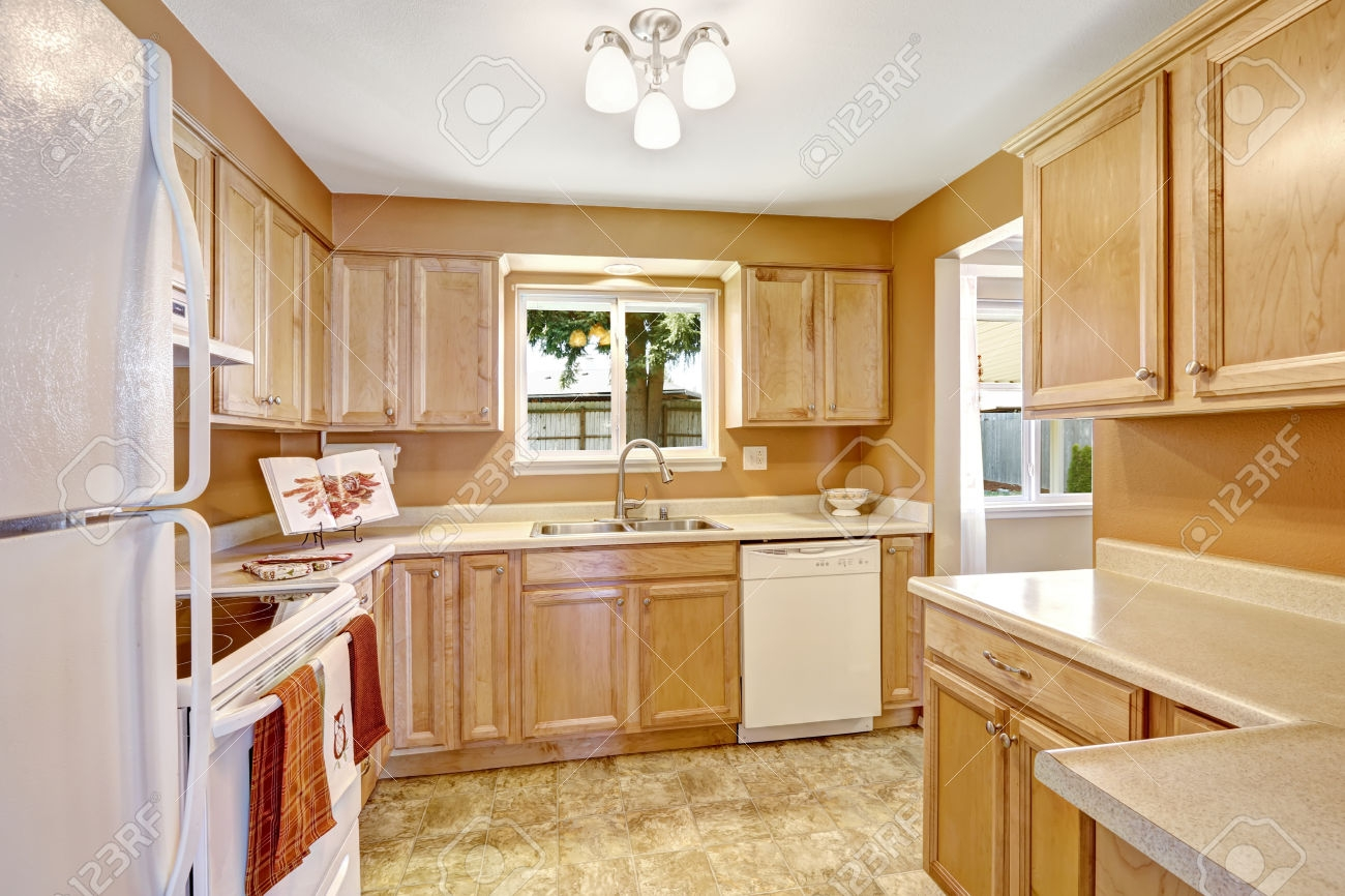 Oak Kitchen Cabinets With White Appliances