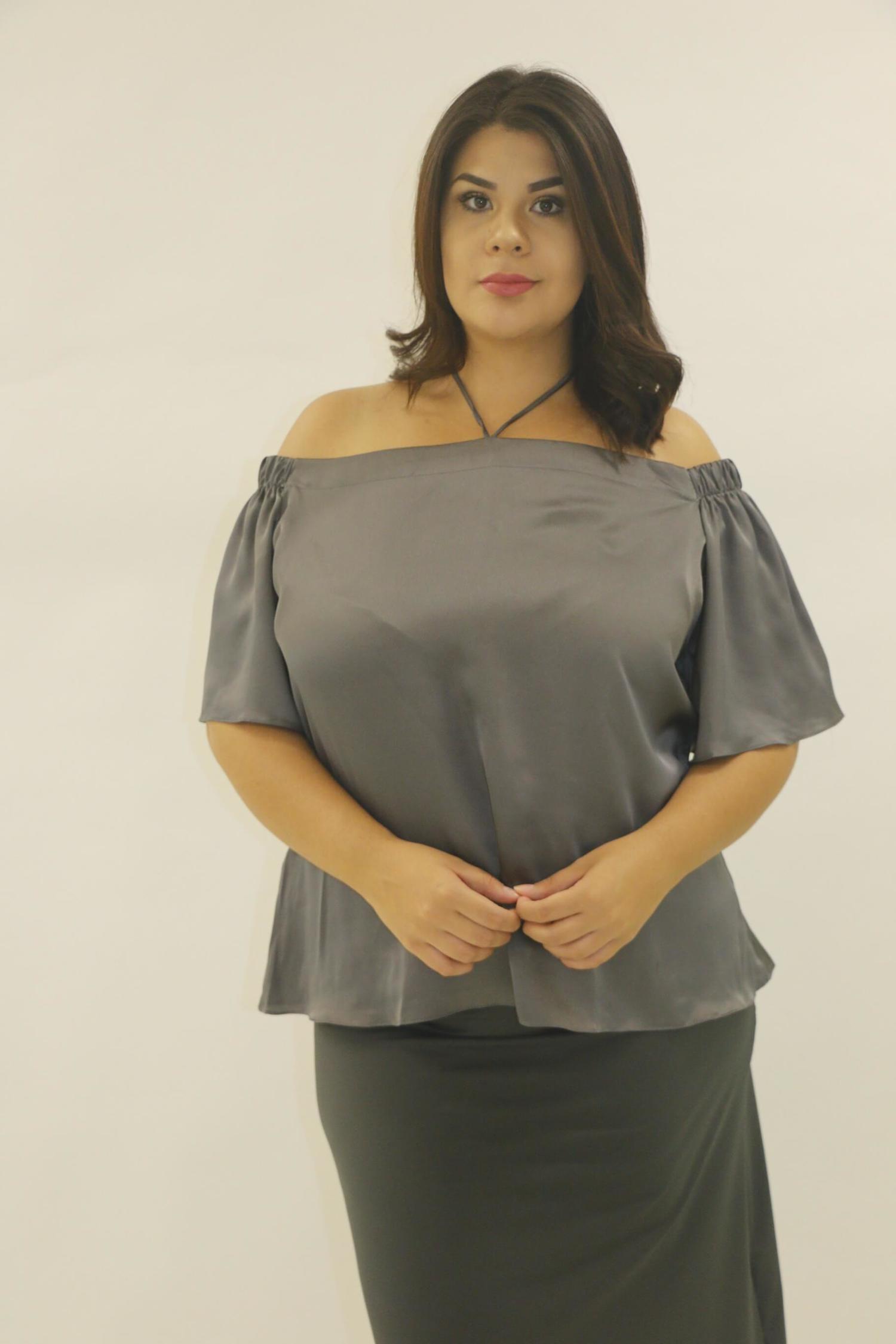 Blusa cinza cetim ombro a ombro plus size