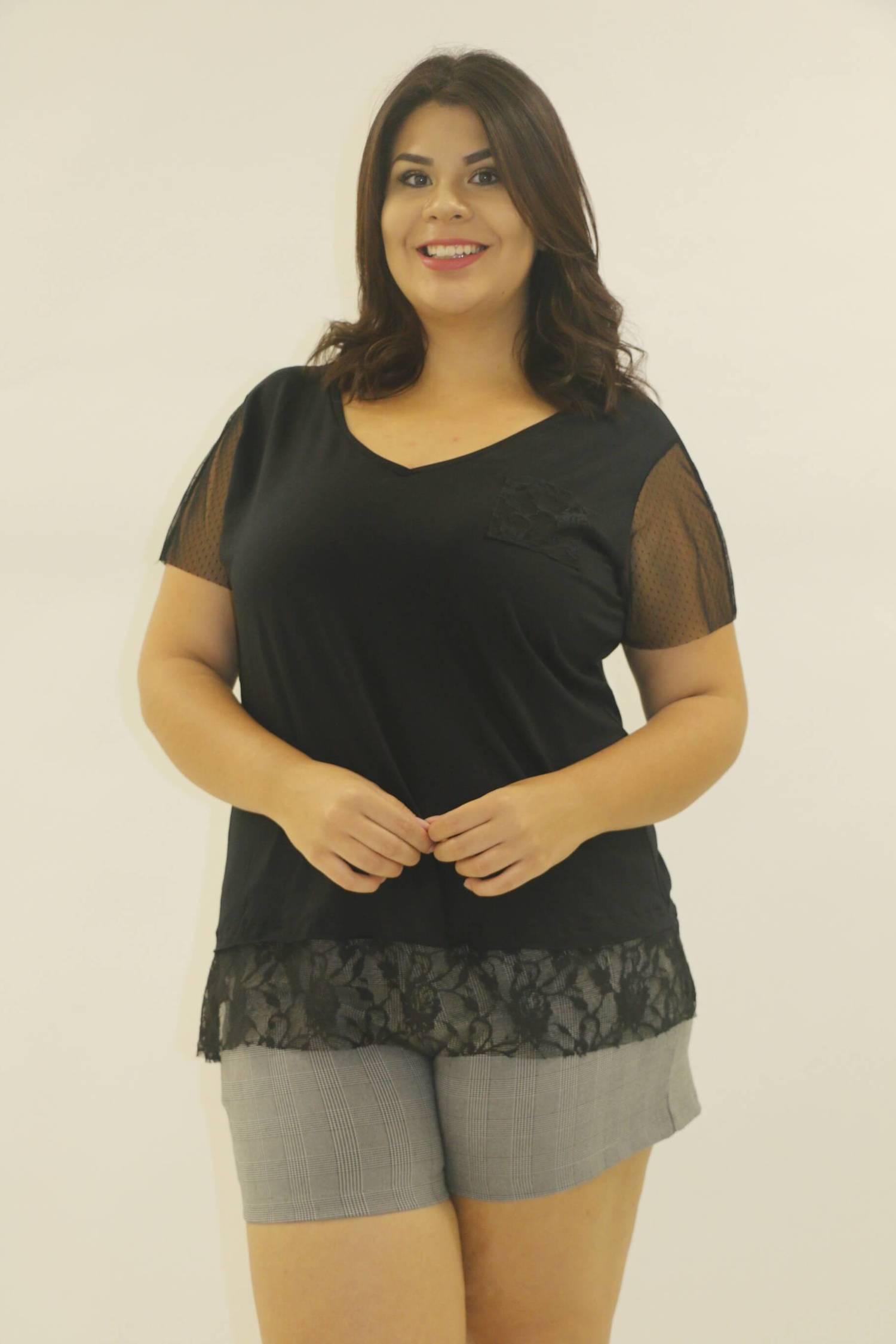 Blusa Preta com manga tule plus size
